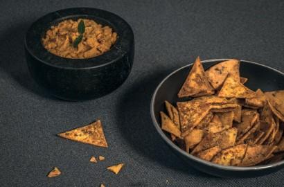 Tortilla-Chips und Hummus