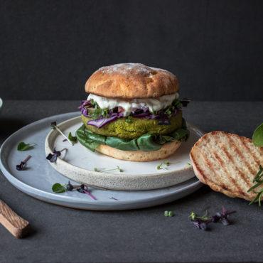 Veggieburger mit glutenfreien Burgerbrötchen ohne Hefe