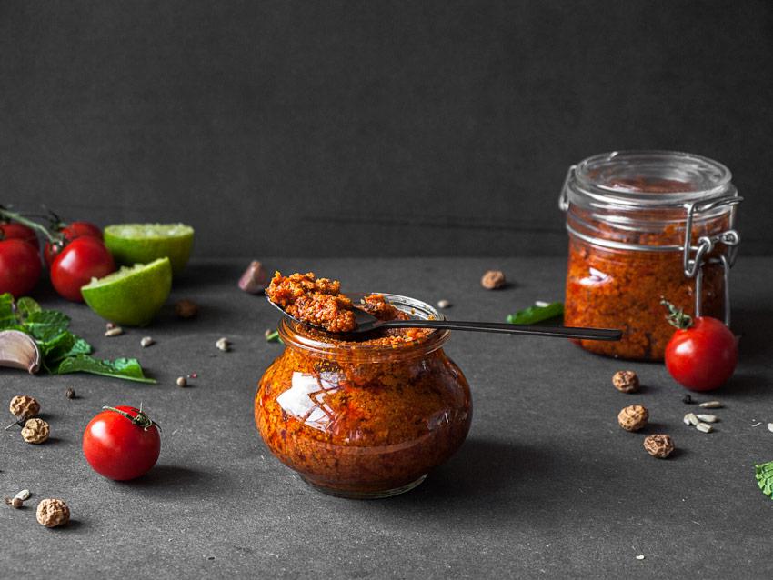 Veganes und nussfreies Pesto: Tomaten und Minze