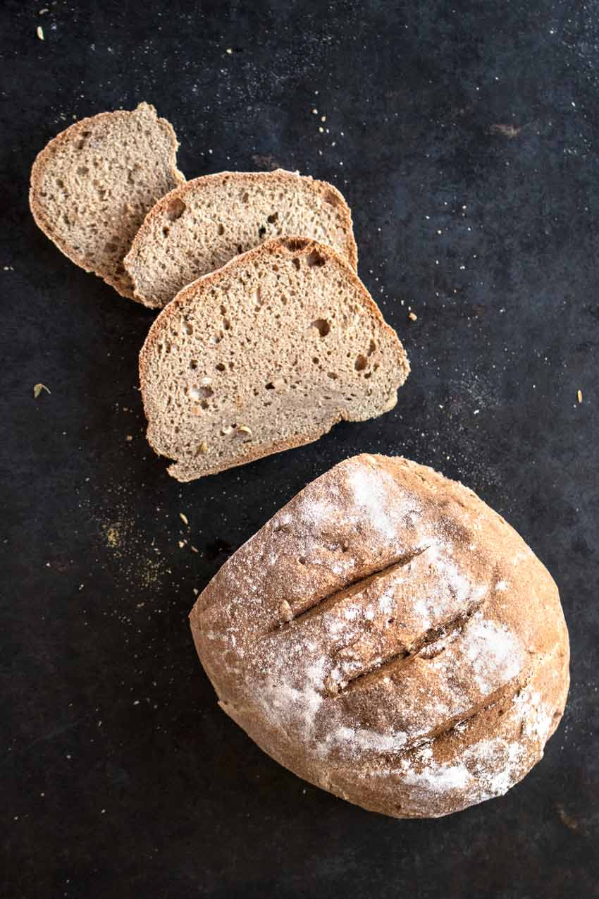 Saftiges glutenfreies Brot ohne Hefe, Sauerteig und Backpulver (vegan)